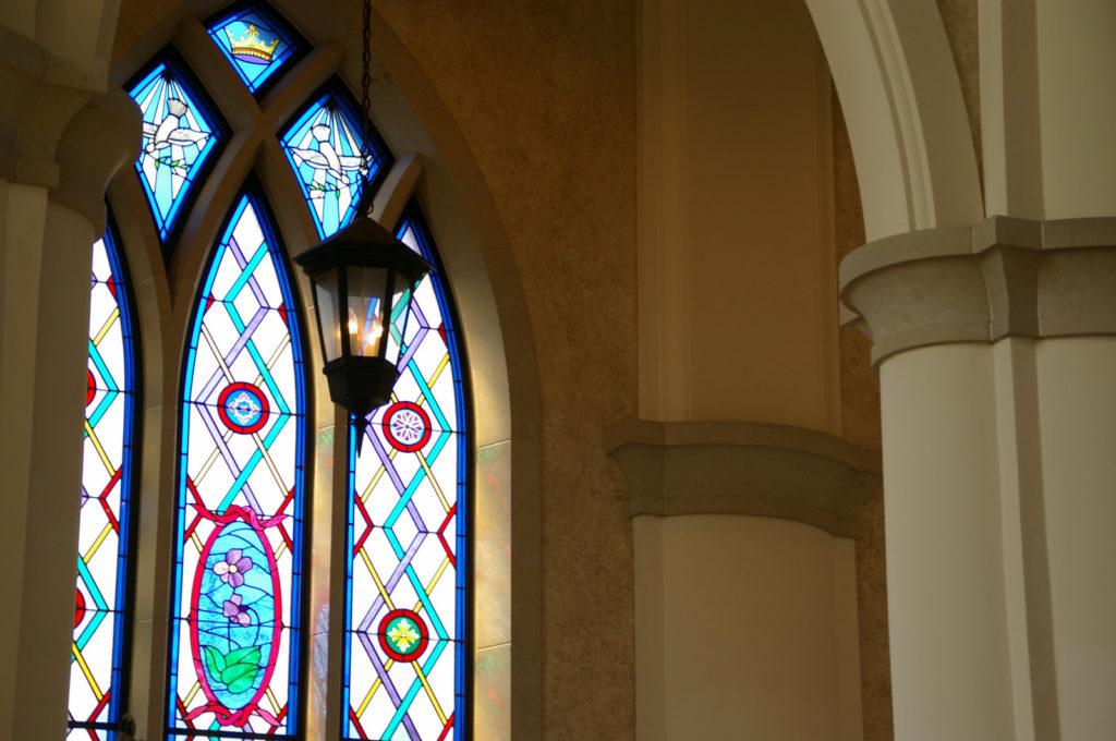 教会のステンドグラスから差し込む光