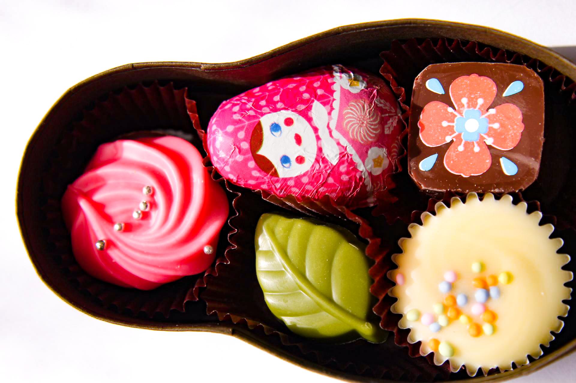 葉っぱの形の緑のチョコレートのお菓子