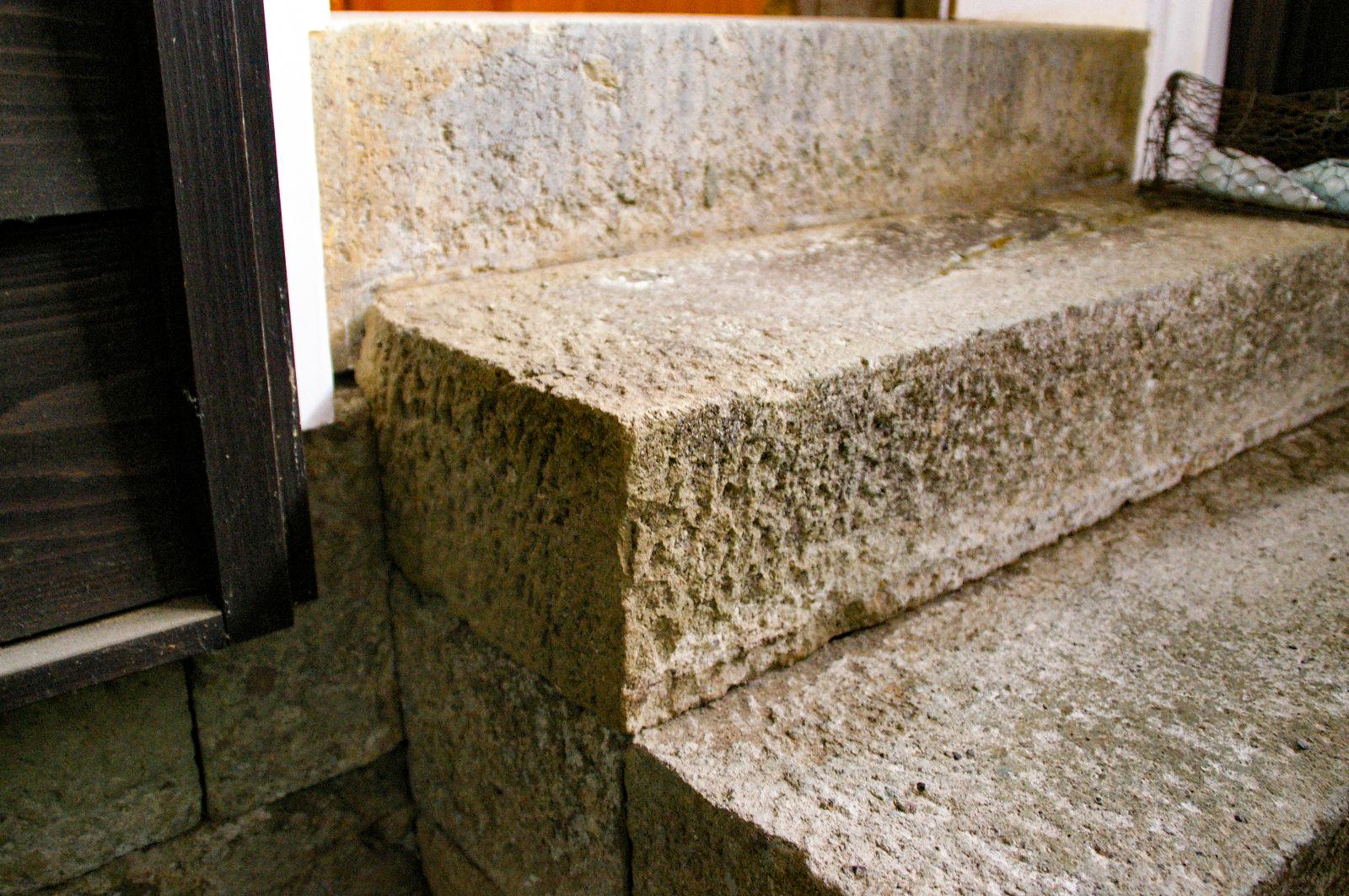 石を積み上げて作られた階段