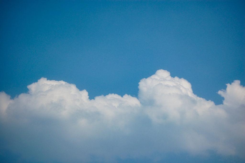 入道雲とつながる分厚い雲