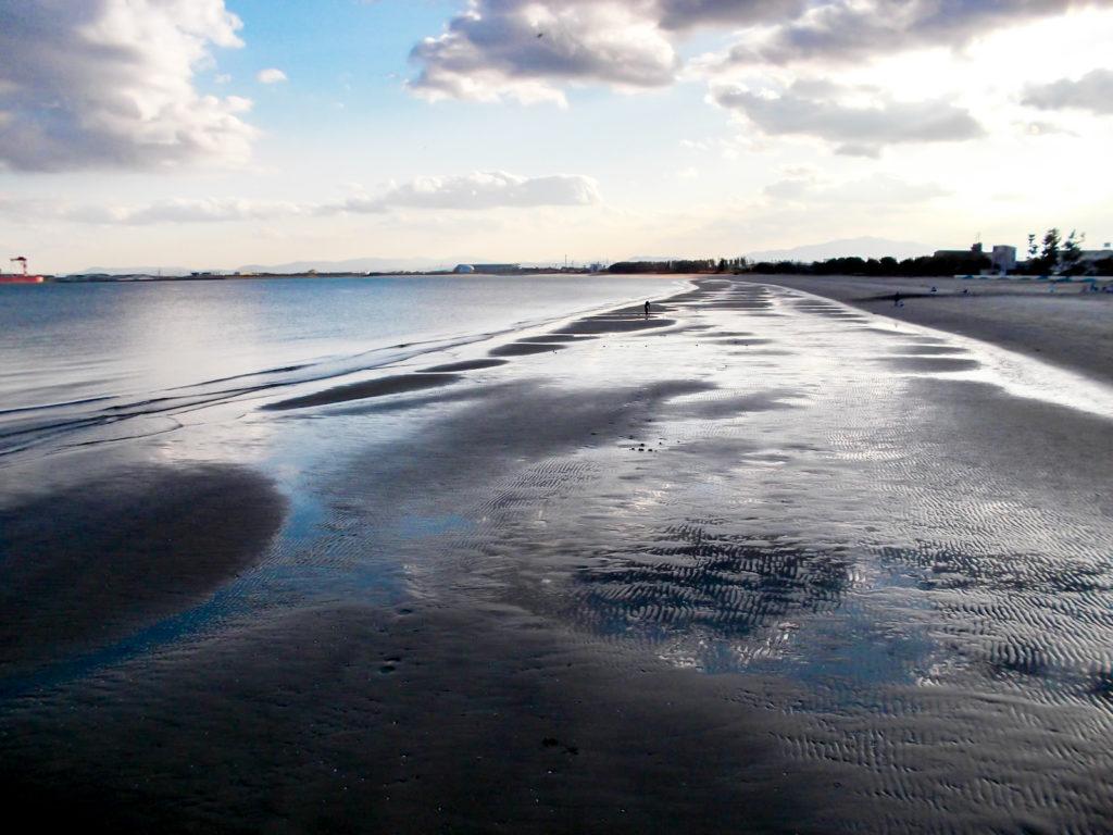 夕暮れの砂浜と波打ち際