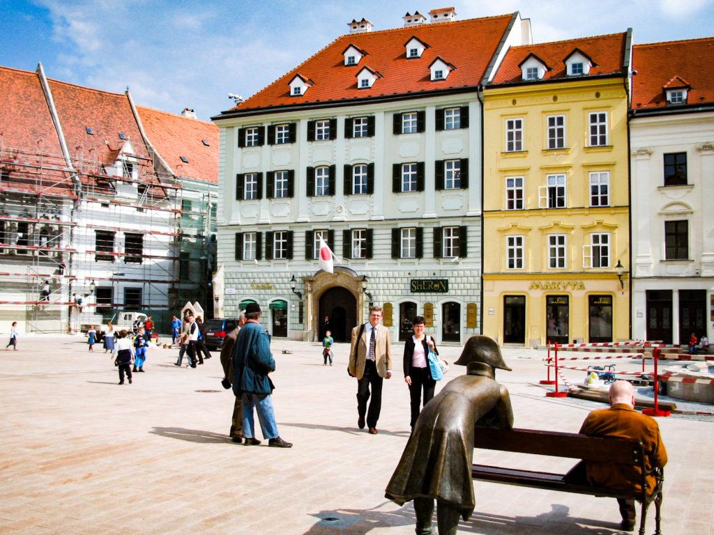 座っている人に話しかけるスロバキアの銅像