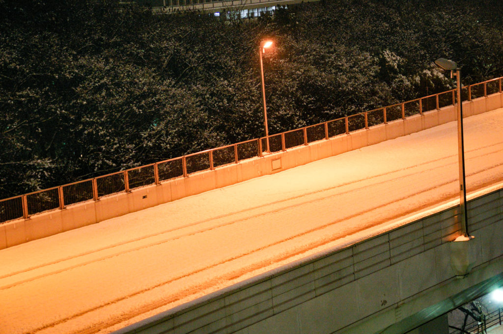 雪で通行止めの名古屋高速道路