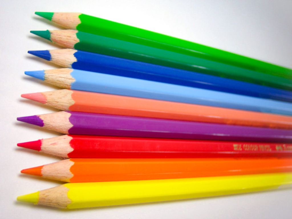 綺麗に並んだ9色の色鉛筆