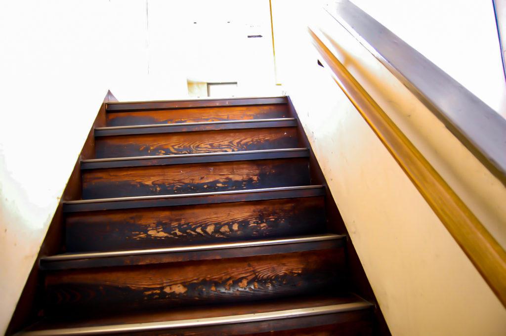 きしむ音が聞こえそうな古い階段