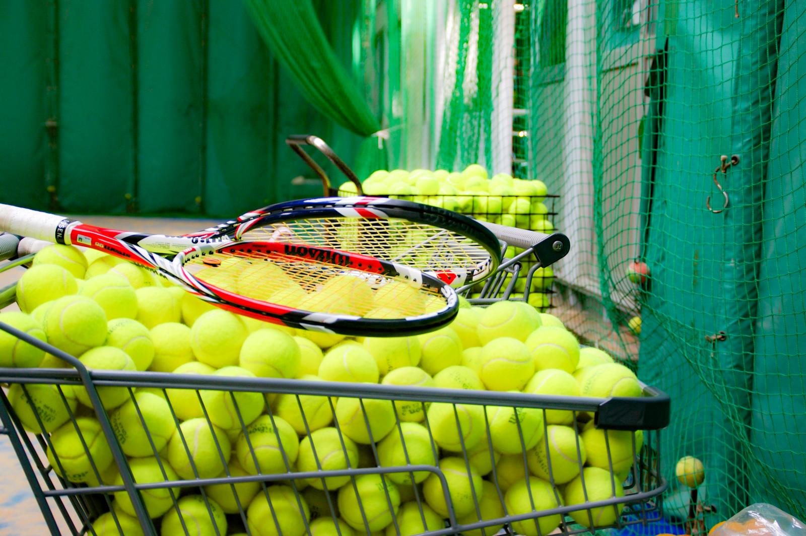 テニスの練習用カゴボールとラケット