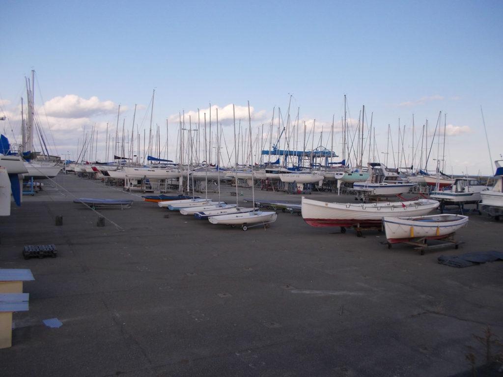 小型から大型まで様々なヨットが並ぶヨットハーバー