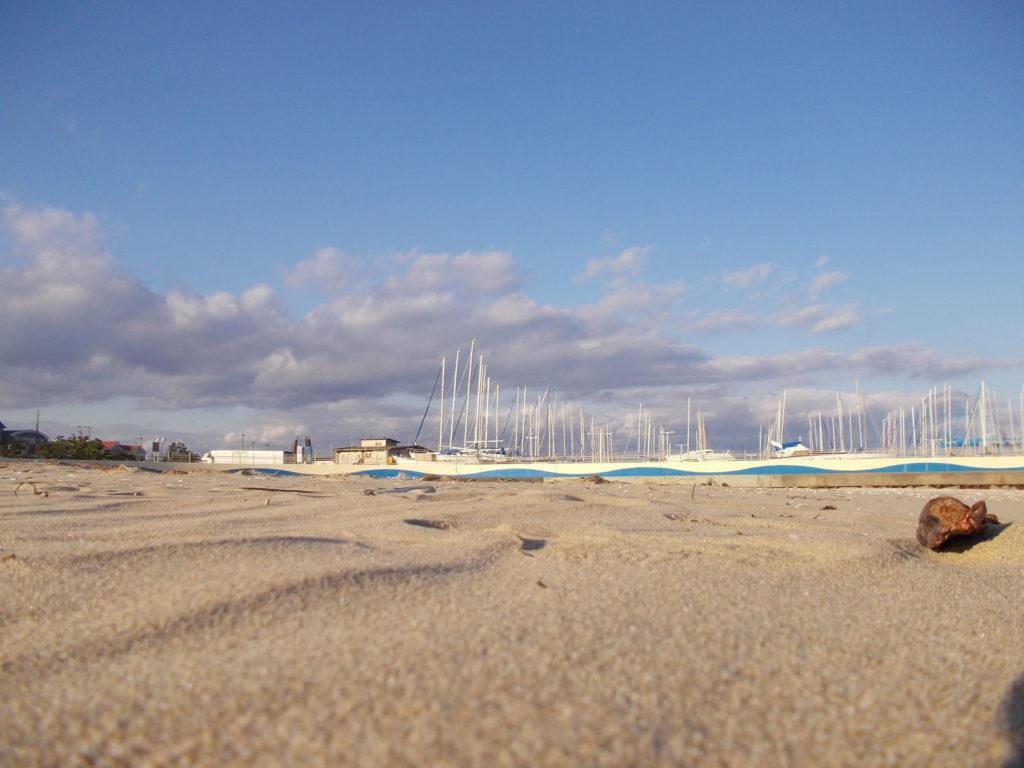 砂浜とヨットハーバー