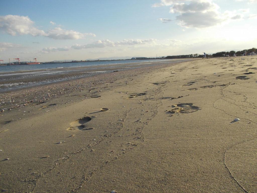 砂浜と野球少年たち
