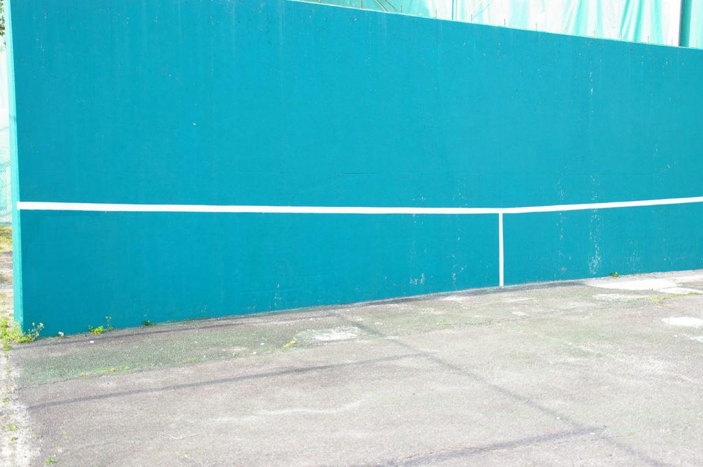 テニスコートの隣にある壁打ち用の壁