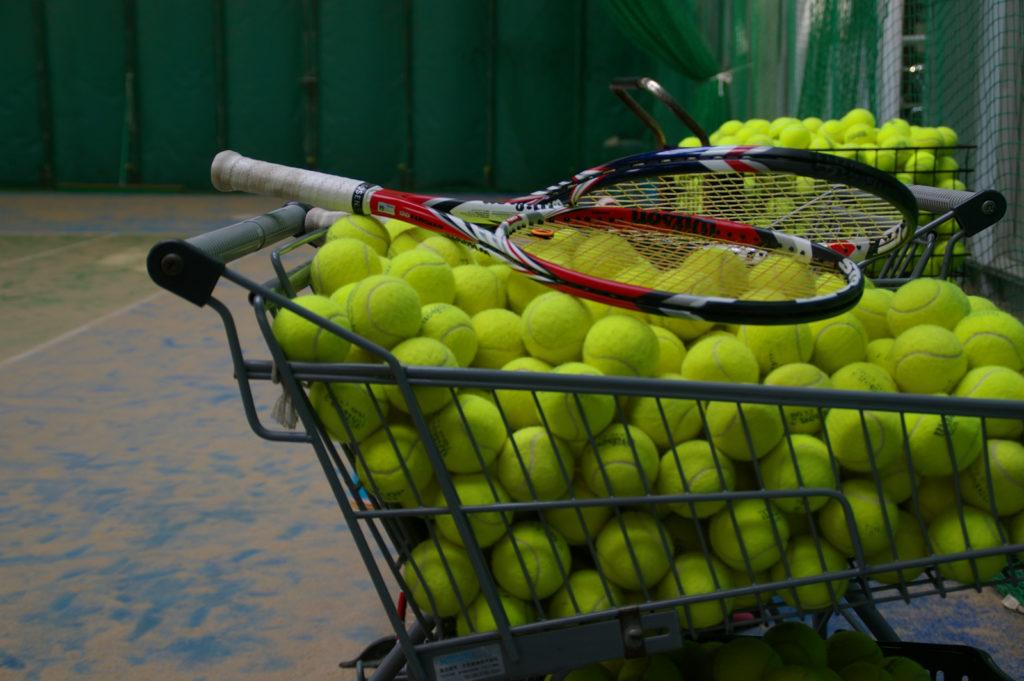 インドアテニスコートと練習用カゴボール