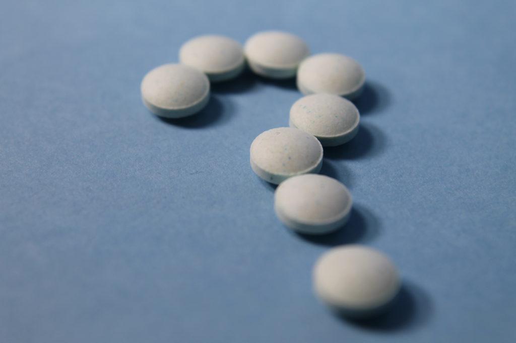 薬の錠剤で「?」マーク