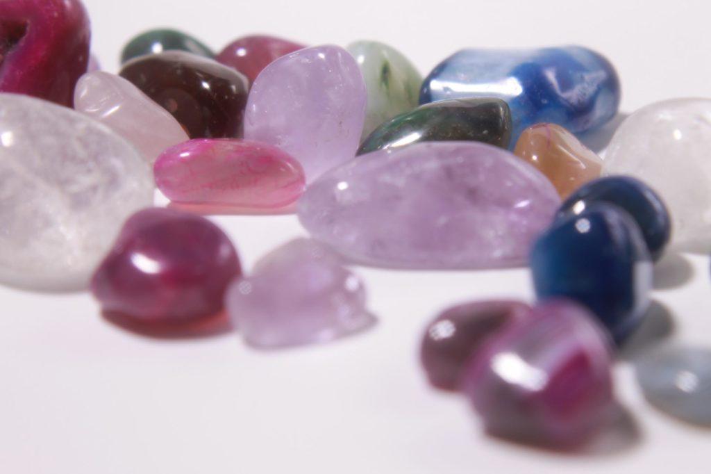 艶のあるきれいな石