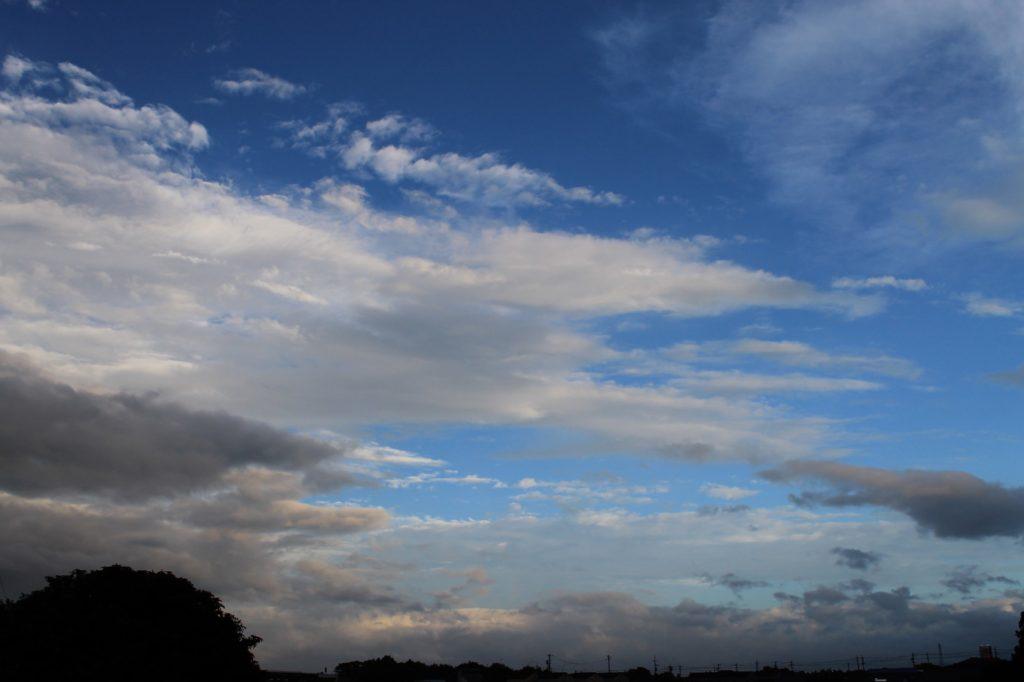 台風通過前の空 淀んだ曇り空