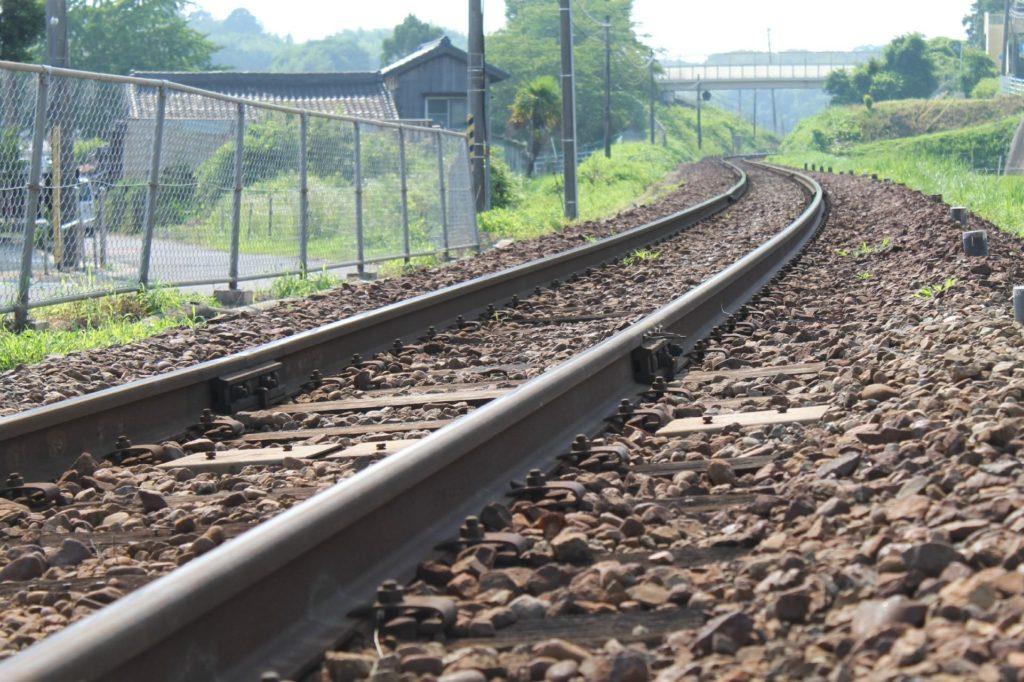 ローカル線で電車が来るのを待つ