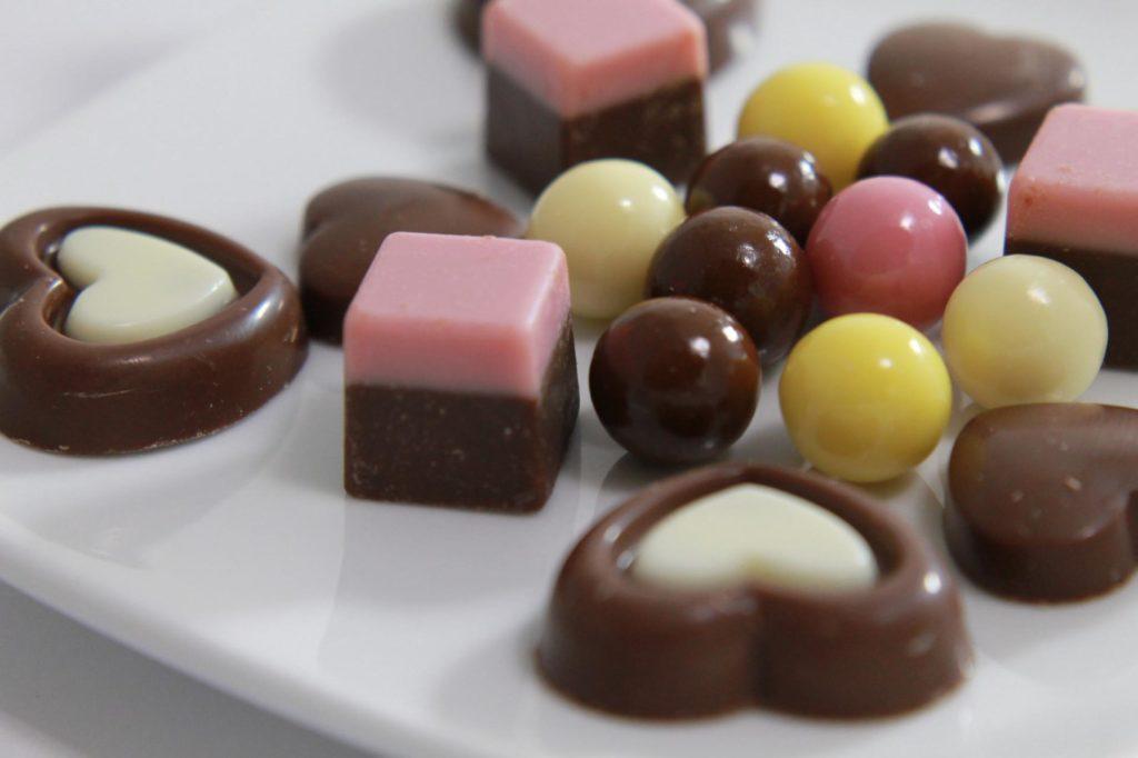 ピンクと茶色の2層のチョコレート