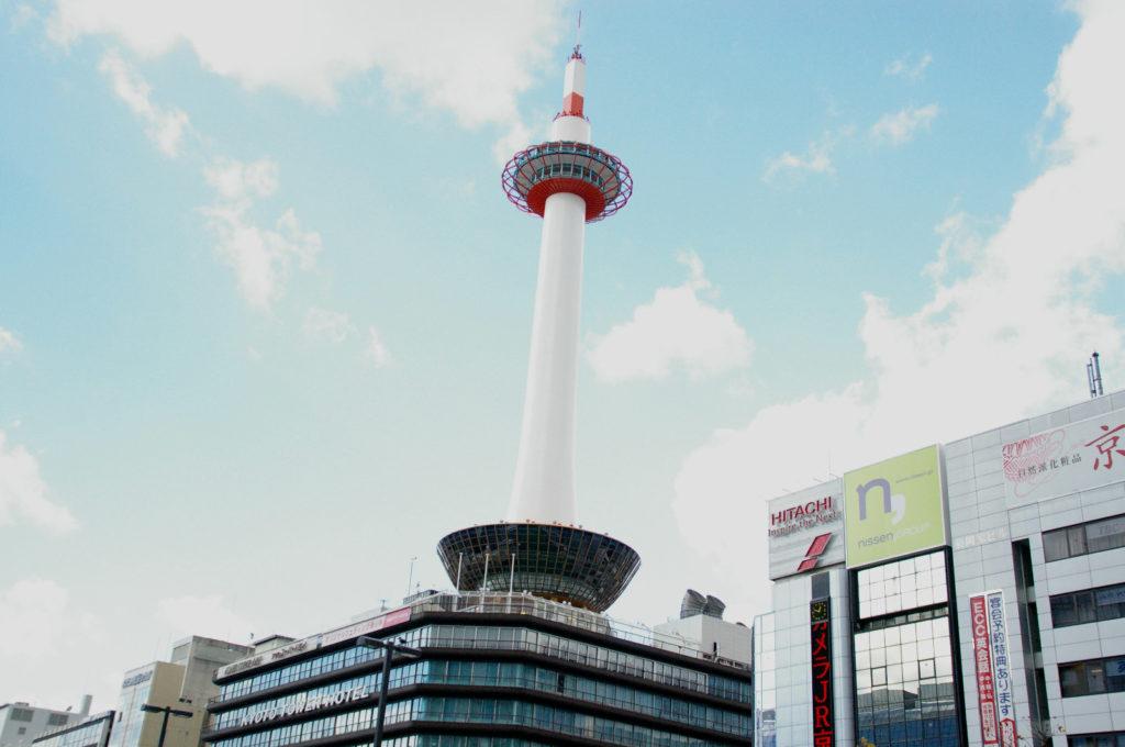 京都駅のシンボル「京都タワー」