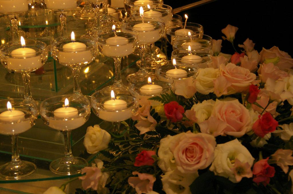 キャンドルのツリーと薔薇の花