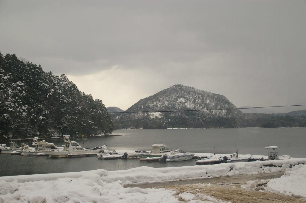 船着き場に積もる雪