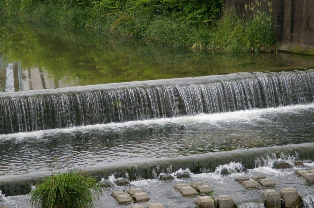 川の段差を静かに水が流れる