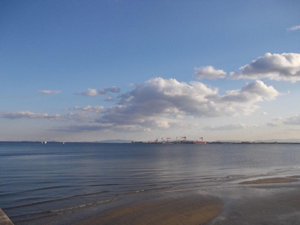 造船場とその近くを横切るヨット