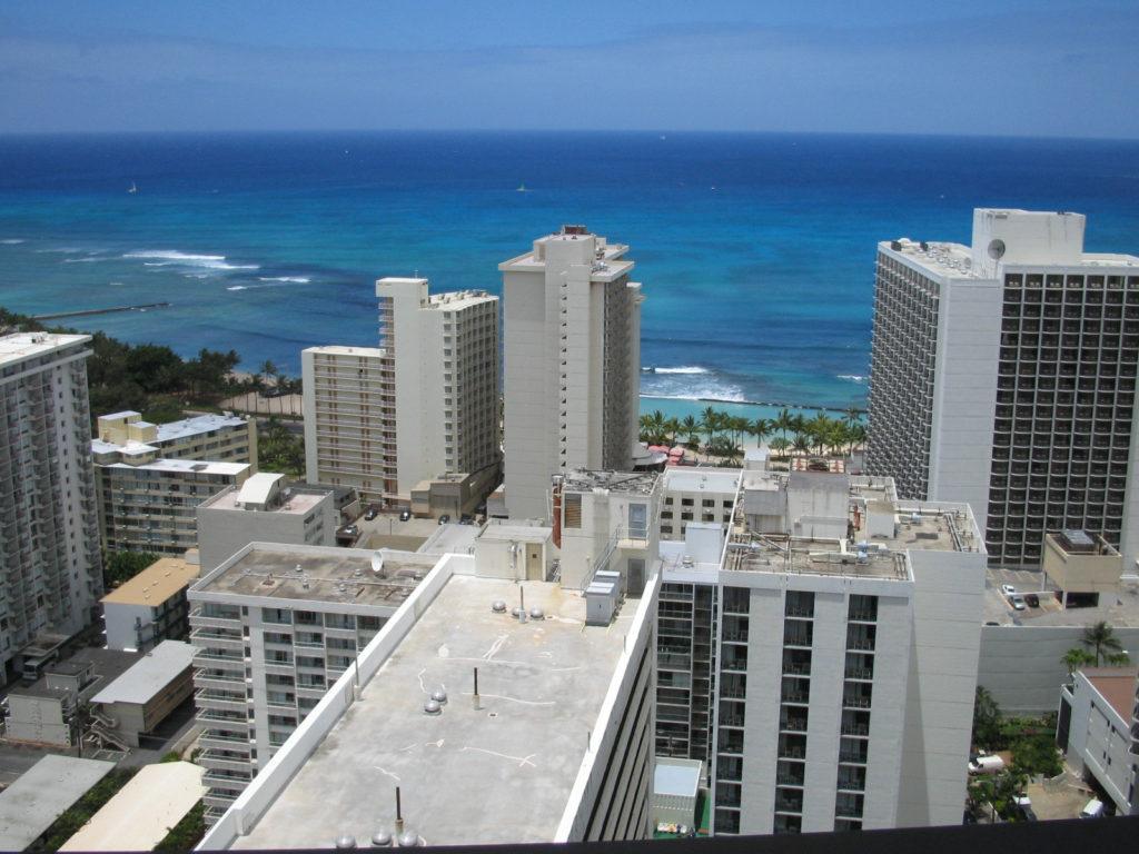 ホテルのバルコニーから見えるワイキキビーチ
