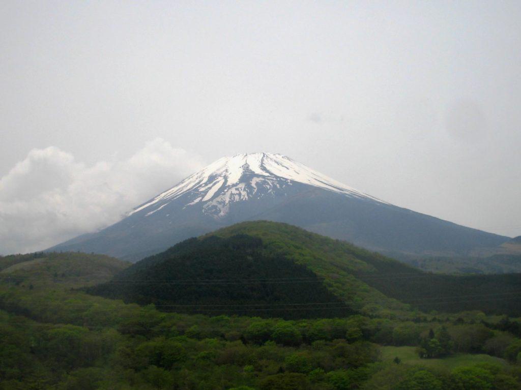 山頂に雪のかかった富士山