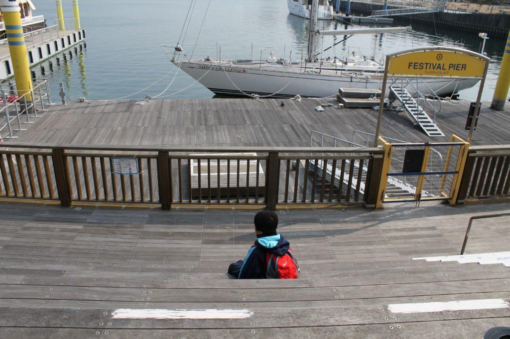 遊覧船の出港を眺める子ども