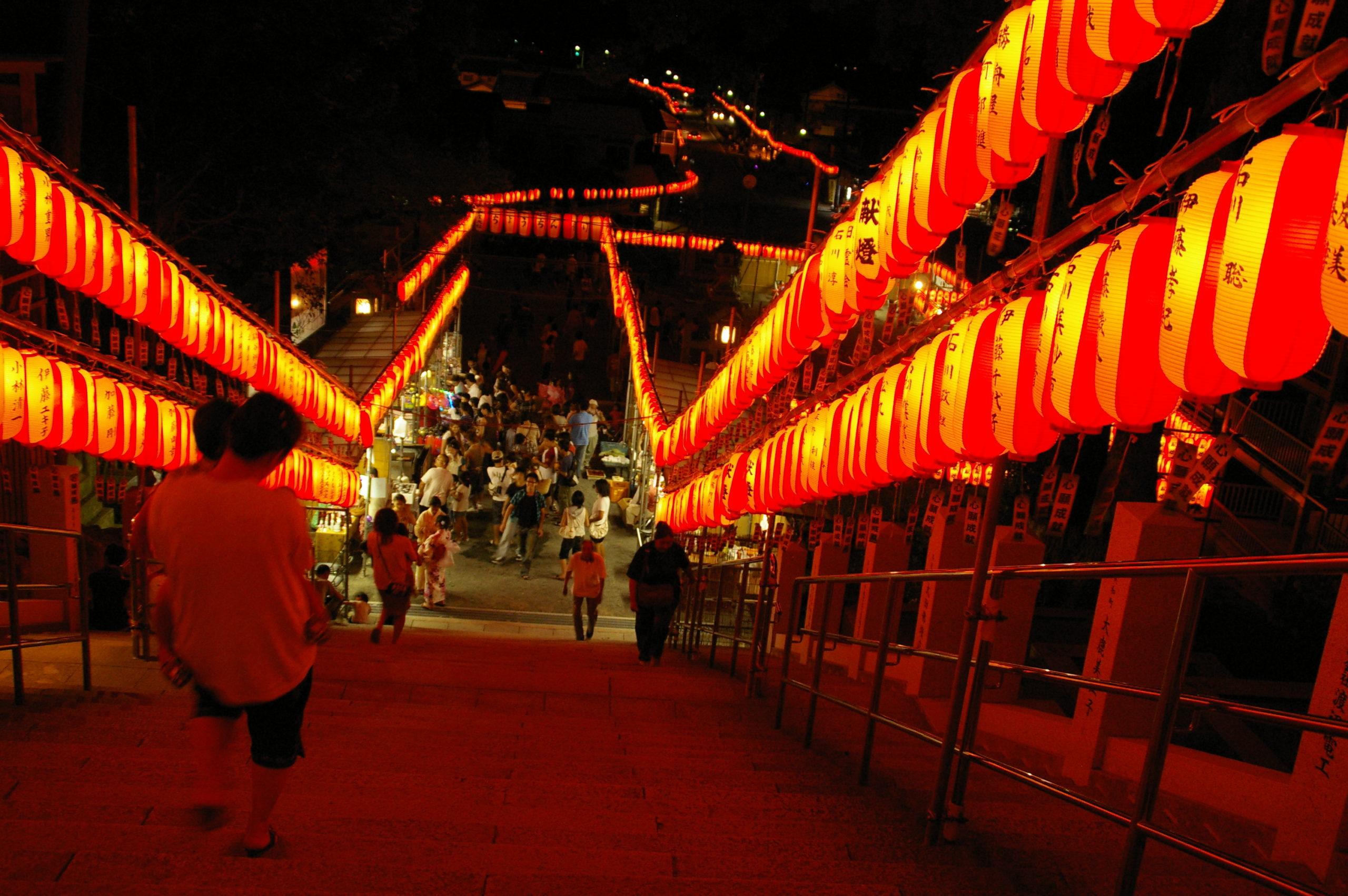 夏祭りと提灯の階段
