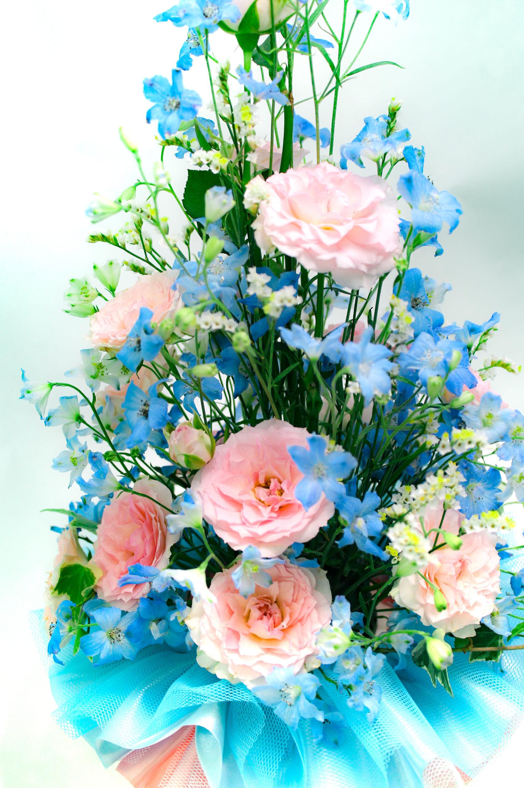 ピンクの薔薇のフラワーアレンジメントの写真