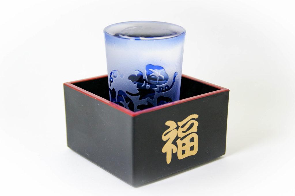 黒い桝とグラスの写真