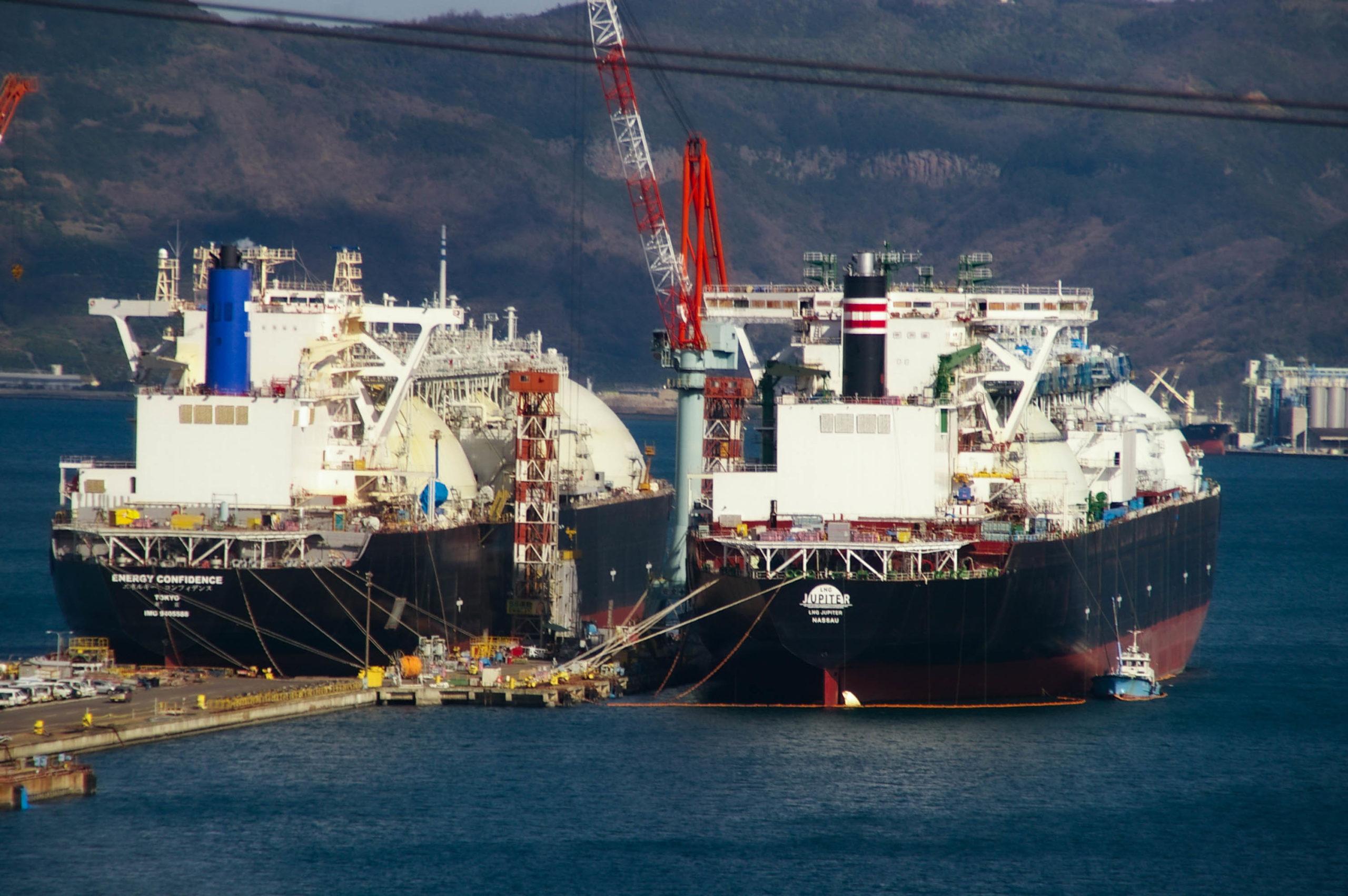 港に停泊する2隻のタンカーの写真