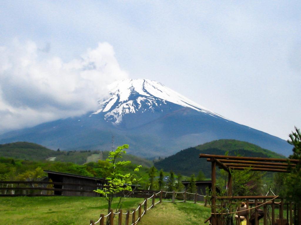 不安定な天候から抜けた富士山の写真