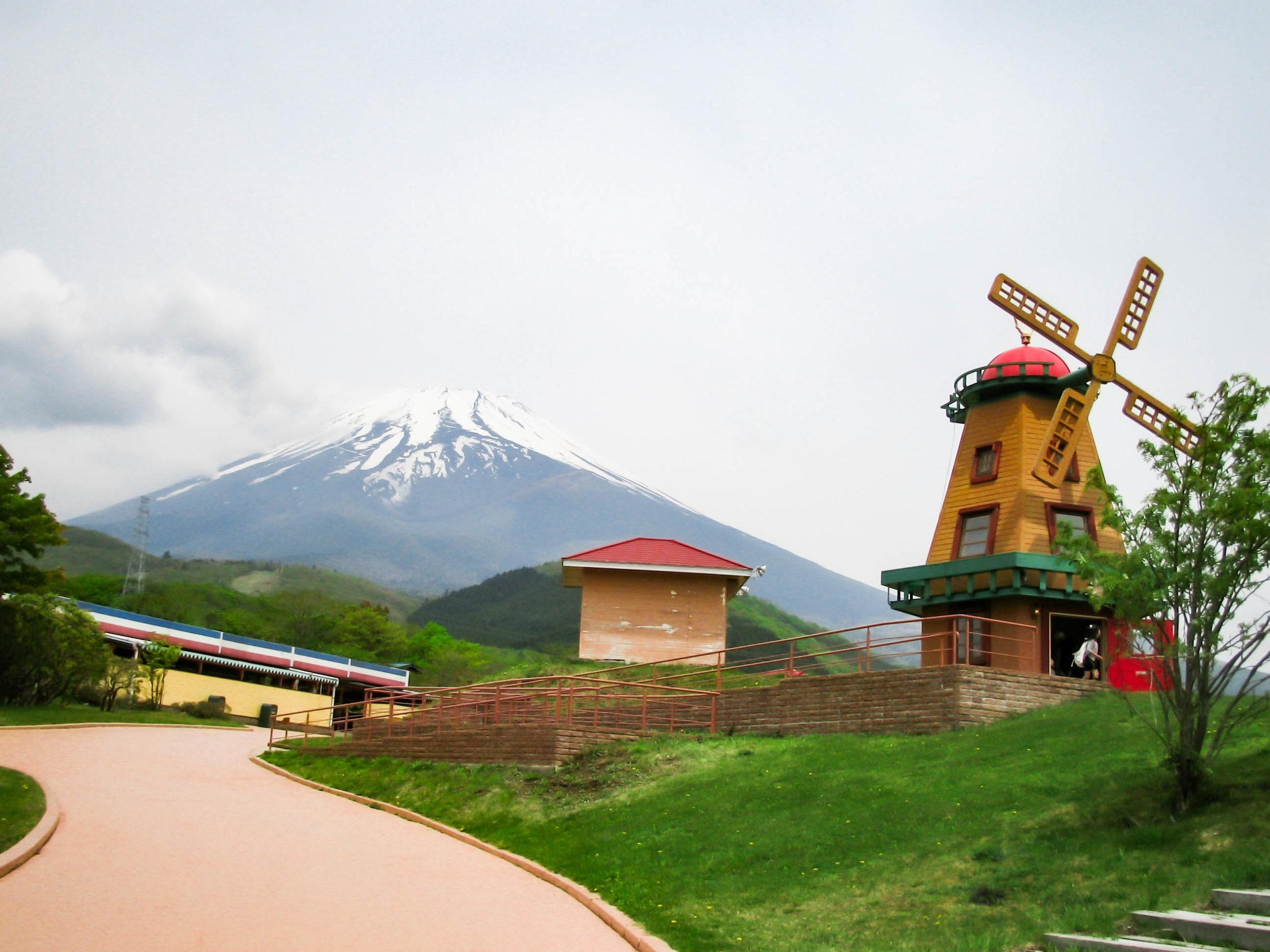 こどもの国の風車と富士山の写真