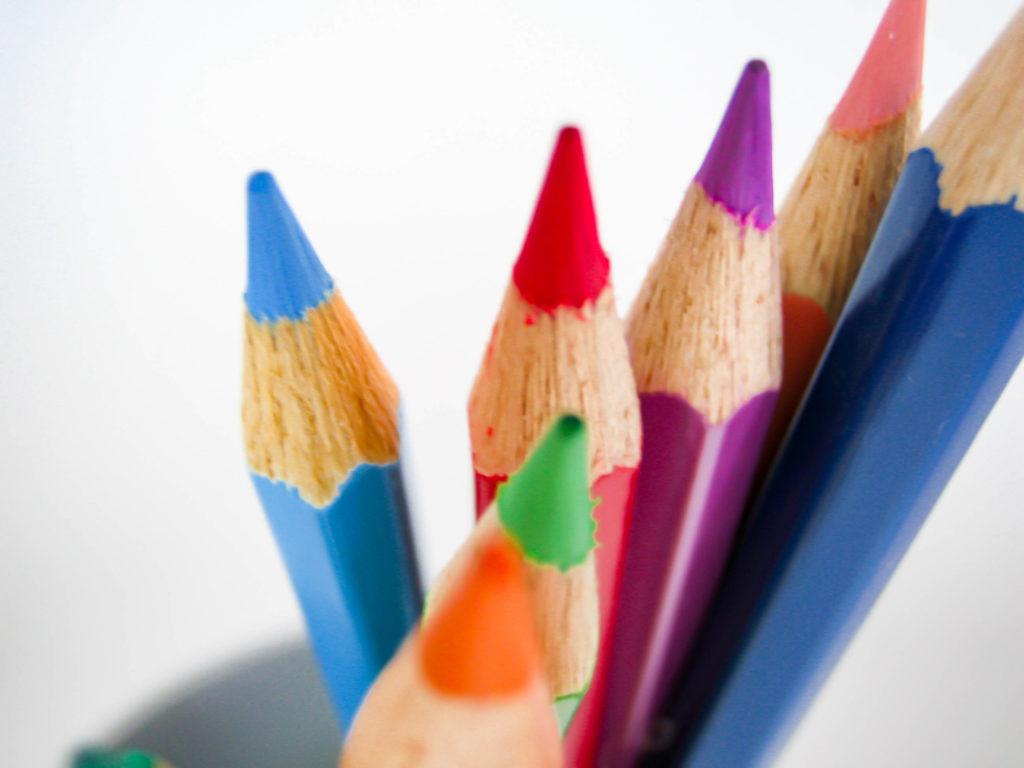 ペン立てに色鉛筆の写真