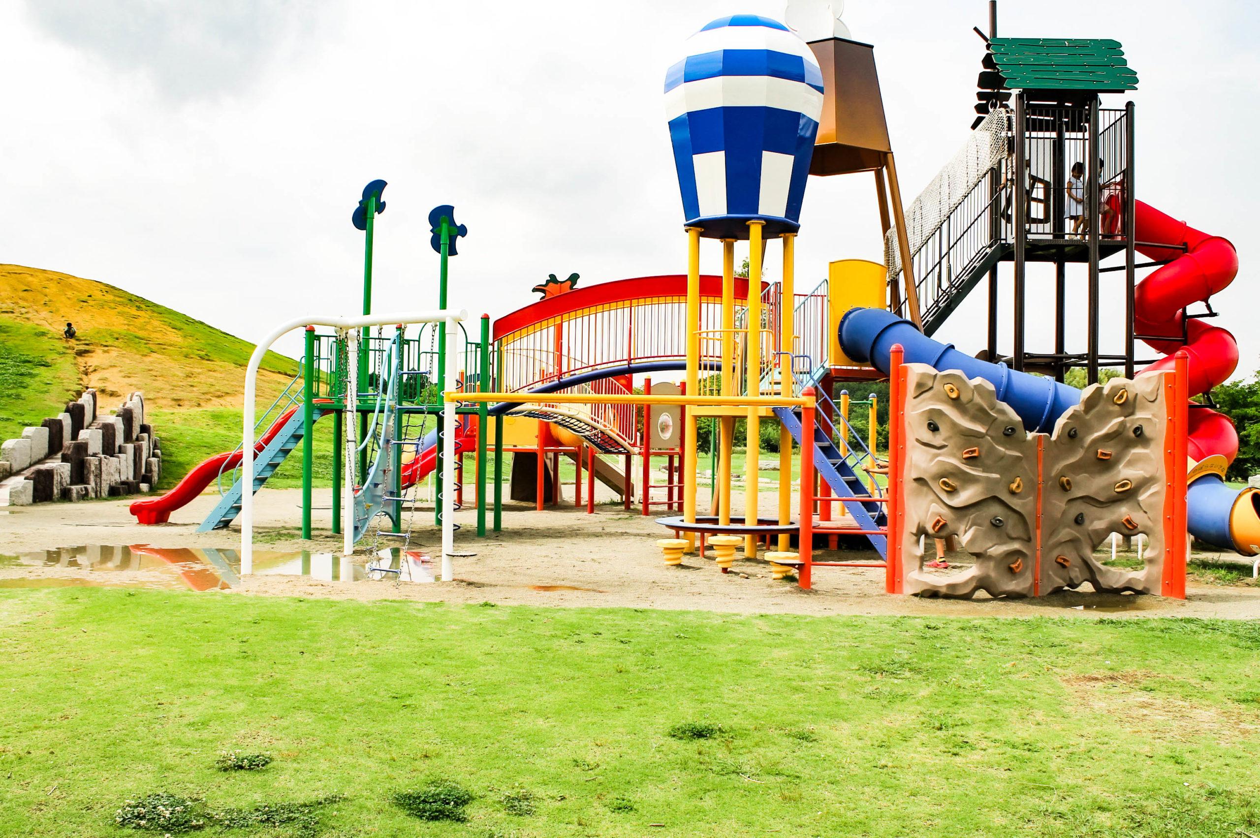 公園の遊具ジャングルジムの写真