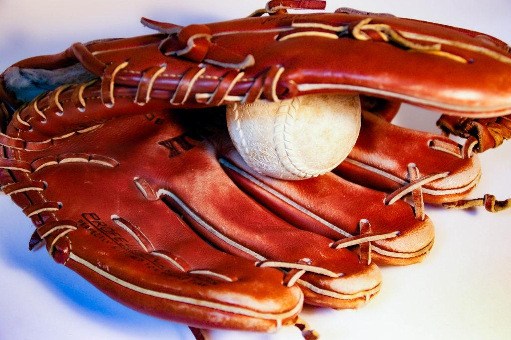 野球のグローブと軟式ボールの写真