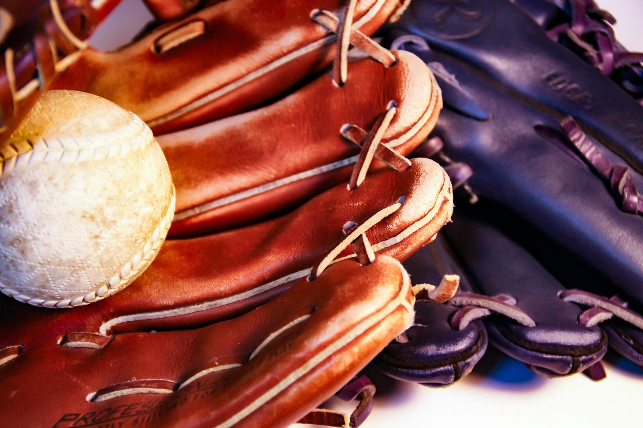 グローブと軟式野球のボールの写真